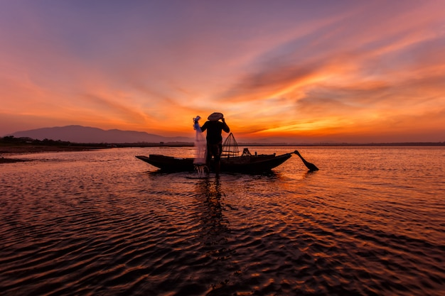 Pêcheurs, jeter filet, pêche, lac, inle Photo Premium
