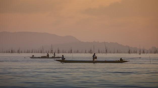 Les pêcheurs pêchent tôt dans le lac Photo Premium