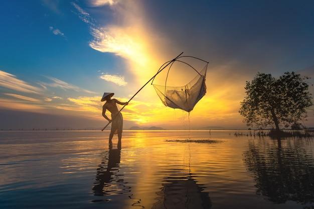 Les pêcheurs pêchent tôt dans le lac. Photo Premium