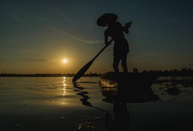 Pêcheurs utilisant des filets de pêche, pêcheurs pêchant au petit matin, lumière dorée. Photo Premium