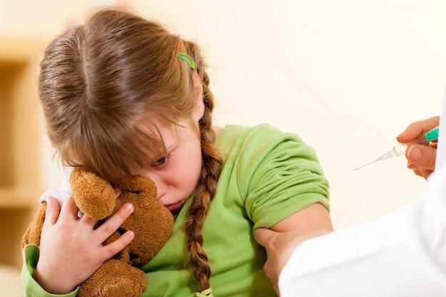 Pédiatre, médecin, application, seringue, enfant Photo Premium