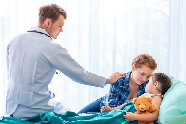Pédiatre (médecin) Rassurant Et Discutant D'une Patiente Patiente Et De Sa Mère à L'hôpital Avec Chambre. Photo Premium