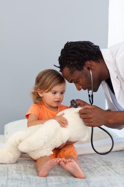 Pédiatre parlant à une petite fille Photo Premium