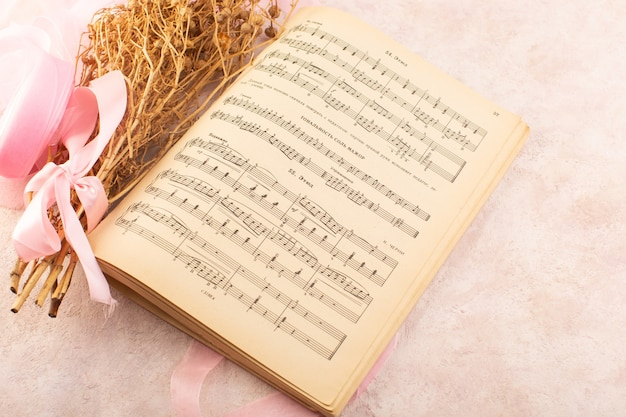 Peganum Harmala Plante Avec Noeud Rose Et Notes De Musique Cahier Sur La Table Rose Plante Photo Couleur Musique Photo gratuit