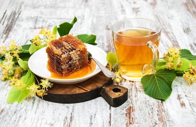 Peigne à miel, thé et fleurs de tilleul Photo Premium