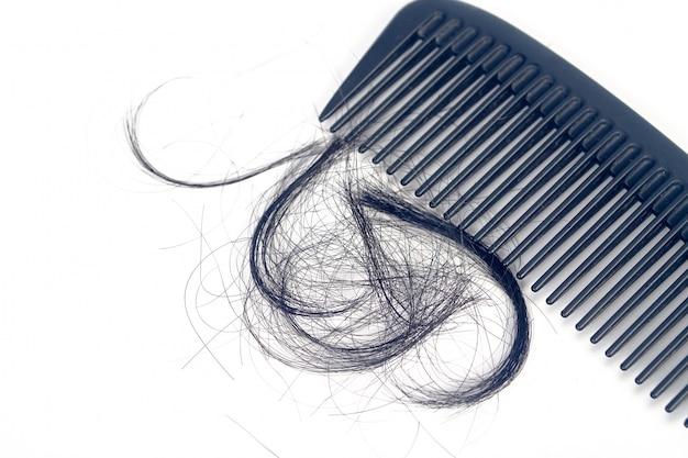 Peigne pour le problème de perte de cheveux de présentation. Photo Premium