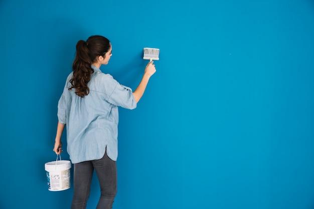 Peindre Le Concept Avec Backview De La Femme Photo Premium