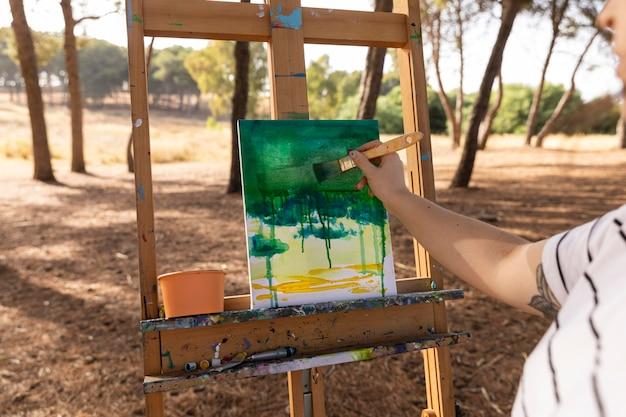 Peintre à L'extérieur Faisant Du Paysage Sur Toile Photo gratuit