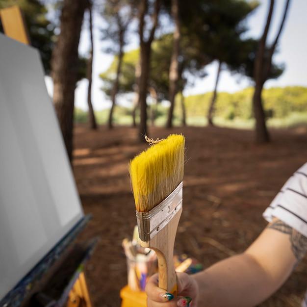 Peintre à L'extérieur Tenant Le Pinceau Photo gratuit