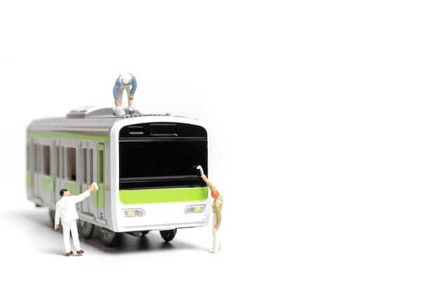 Peintres peignant un train sur fond blanc Photo Premium