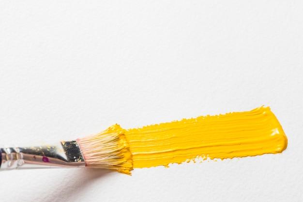 Peinture au pinceau de couleur jaune Photo gratuit