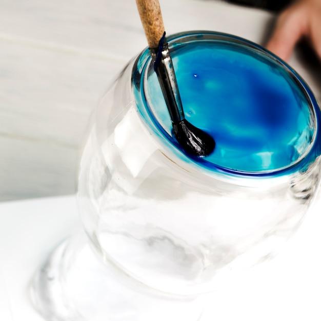 Peinture Bleue Réalisée Sur Pot En Verre Avec Un Pinceau Photo gratuit