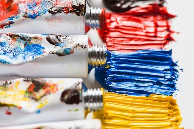 Peinture brillante près des tubes Photo gratuit