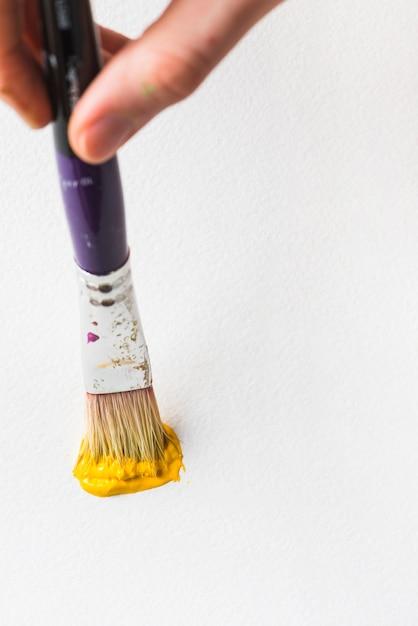 Peinture à la main avec un pinceau Photo gratuit