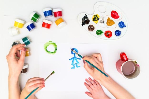Peinture Des Mains De L'enfant Photo Premium