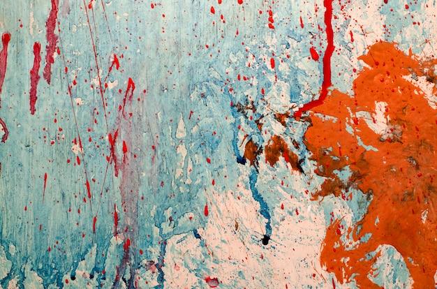 Peinture rouge et bleue éclabousse sur le mur de grunge Photo Premium
