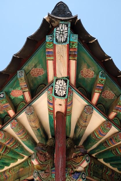 Peinture de toit traditionnel vieux temple bouddhiste de corée Photo gratuit