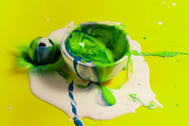 Peinture verte grand angle avec fond jaune Photo gratuit