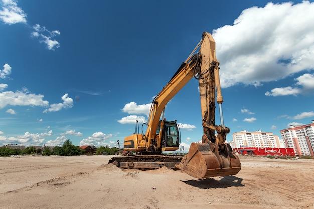 Pelle sur un chantier de construction sur un ciel bleu Photo Premium