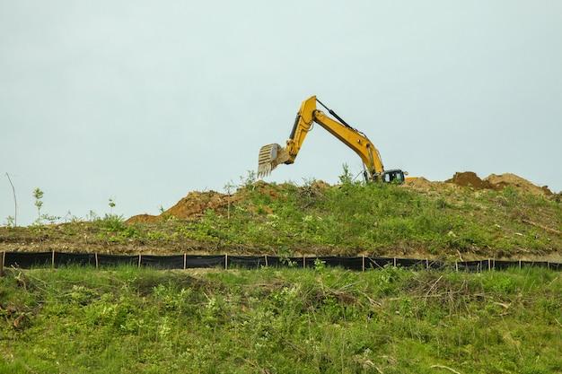 La pelleteuse creusait le sol au sommet d'une montagne aux états-unis. Photo Premium
