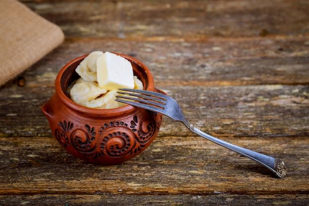 Pelmeni de boulettes de viande à la crème sure sur fond rustique Photo Premium