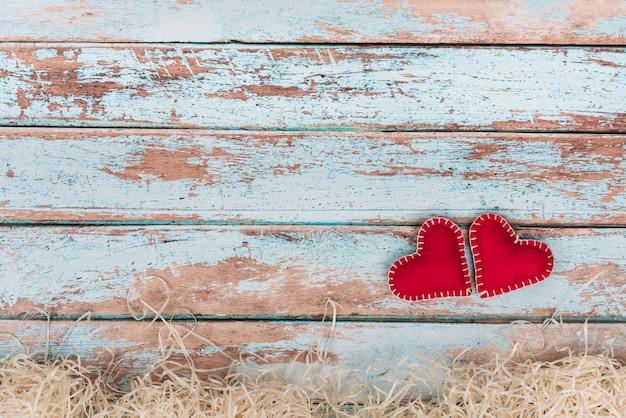 Peluches Coeurs Sur Une Table En Bois Bleue Photo gratuit