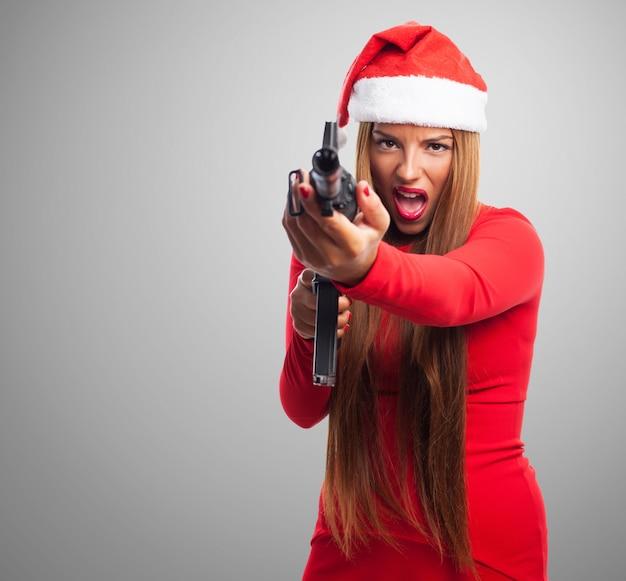 Pénale furious tenant une arme à feu Photo gratuit