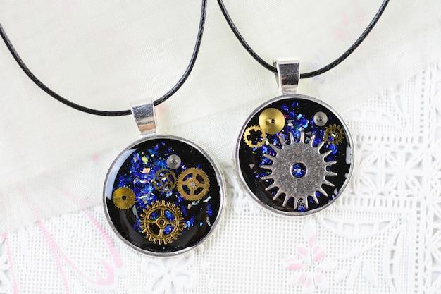 Pendentif steam punk style, collier multicolore en résine, pendentif en résine avec pignons et garde-temps Photo Premium