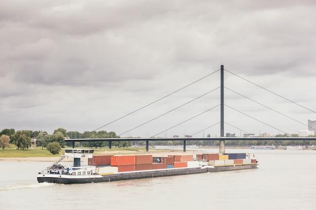 Péniche de chargement sur le rhin à düsseldorf Photo Premium