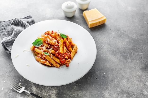 Penne Bolognaise Servie Sur Assiette Photo gratuit