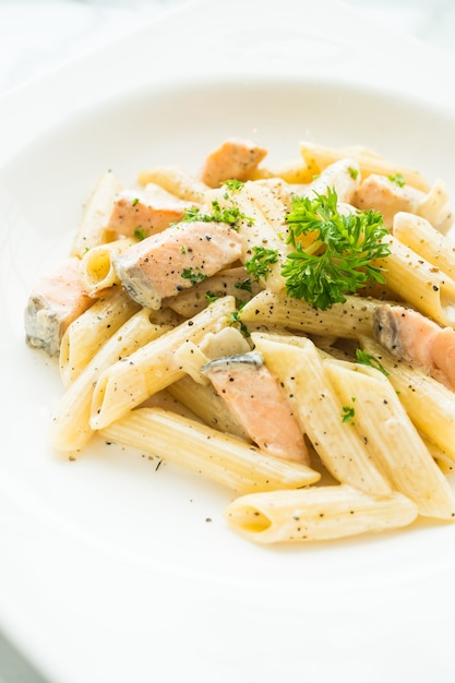 Penne carbonara au saumon Photo gratuit