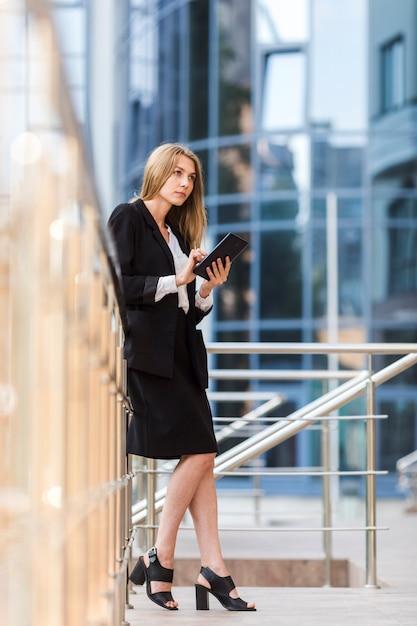 Pensée, femme, tenue, tablette Photo gratuit
