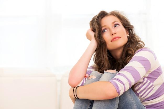Penser les belles femmes, assis sur le canapé Photo gratuit