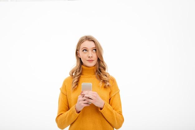 Penser La Jeune Femme à L'aide De Téléphone Portable. Photo gratuit