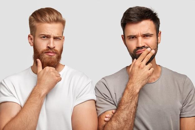 Pensif Réfléchi Concentré Deux Hommes Se Tiennent Le Menton, Essaient De Trouver La Bonne Solution Ou Font Des Plans Photo gratuit