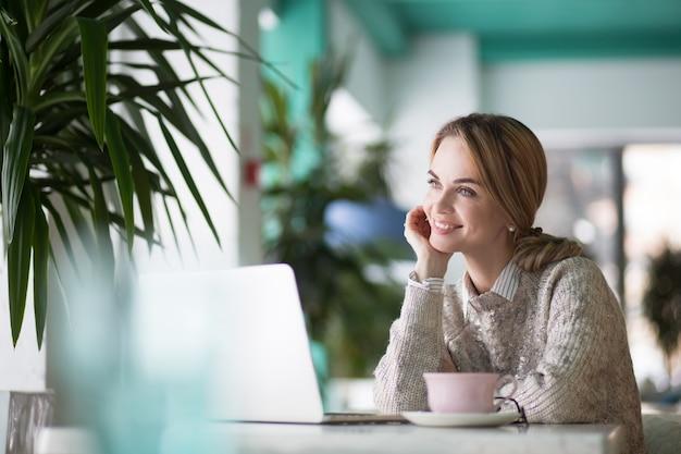 Pensive dame café assis jeune Photo gratuit