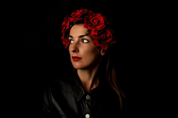 Pensive Jeune Femme En Guirlande De Fleurs Rouges Photo Premium