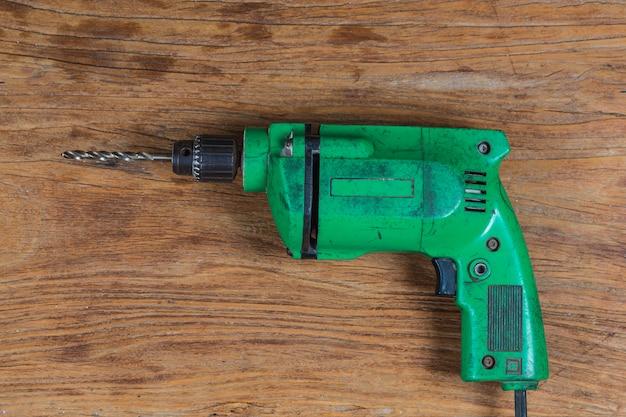 Perceuse électrique avec outil de menuisier sur planche de bois Photo Premium