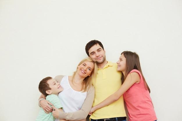 Père aimant avec sa famille Photo gratuit
