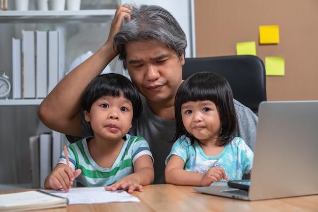 Un Père Asiatique Tente De Travailler Au Bureau à Domicile Avec Une Fille Qui Est Entrée Dans Le Chaos. Photo Premium