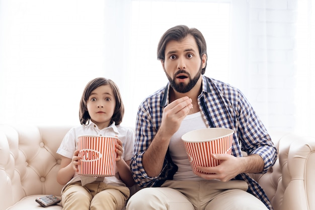 Père barbu avec petit fils regarde film passionnant. Photo Premium