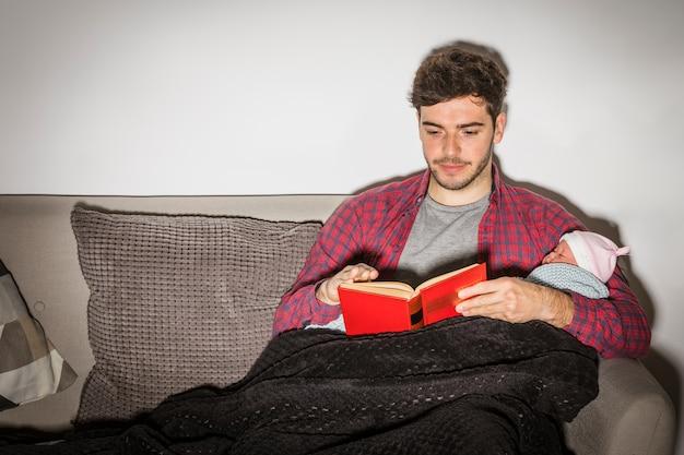 Père, bébé, livre lecture, soir Photo gratuit