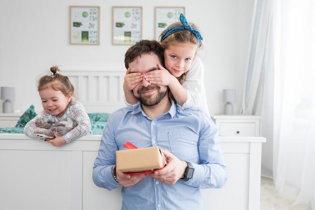Père célébrant la fête des pères avec ses filles Photo gratuit