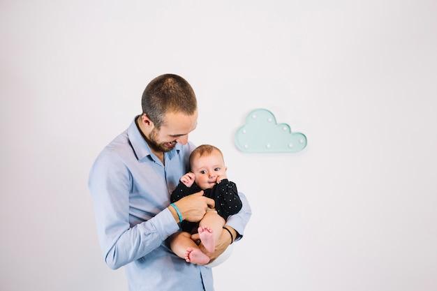 Père chatouillant bébé Photo gratuit