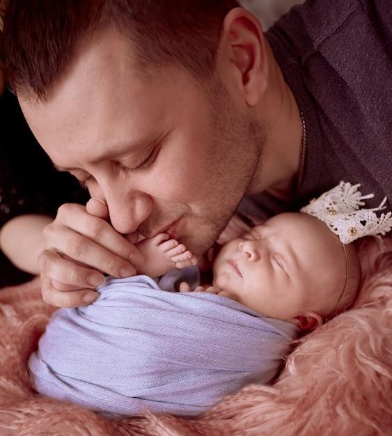 Le père embrassant sa fille Photo gratuit