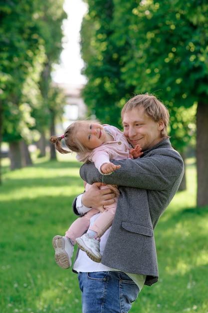Père Embrasse Sa Petite Fille étroitement Photo Premium