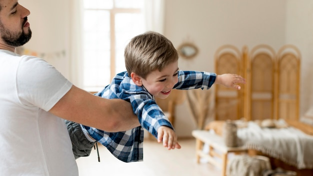 Père Et Enfant Jouant Dans Le Salon Photo gratuit