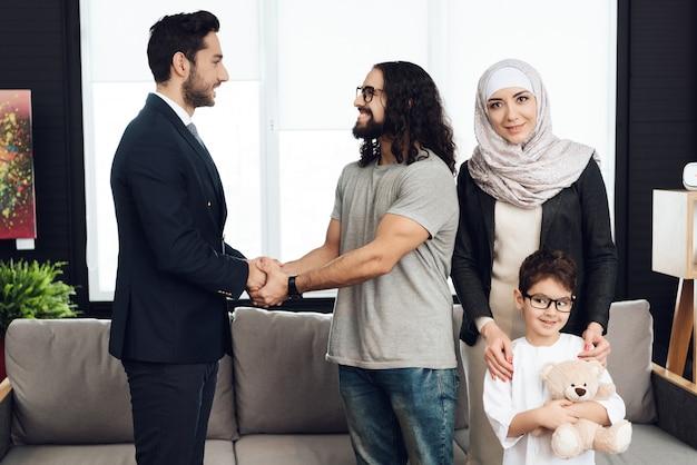 Père est handshaking avec un psychothérapeute. Photo Premium