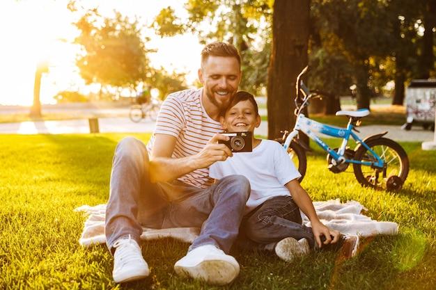 Père Excité Et Son Fils S'amusant Ensemble Photo Premium
