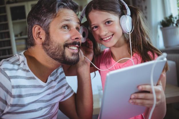 Père Et Fille, écouter De La Musique Sur Tablette Numérique Photo Premium
